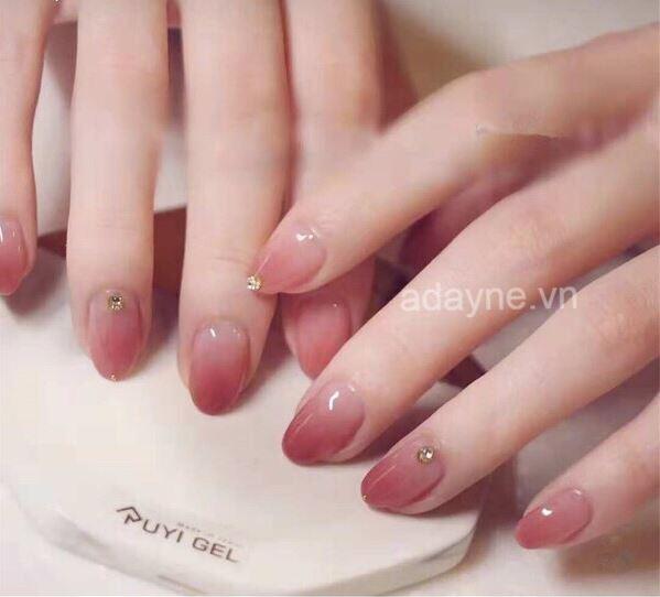 Vẻ đẹp mỏng manh, yêu kiều từ mẫu nail loang màu nhấn nhá đơn giản cho cô nàng nữ tính, thích sự lãng mạn
