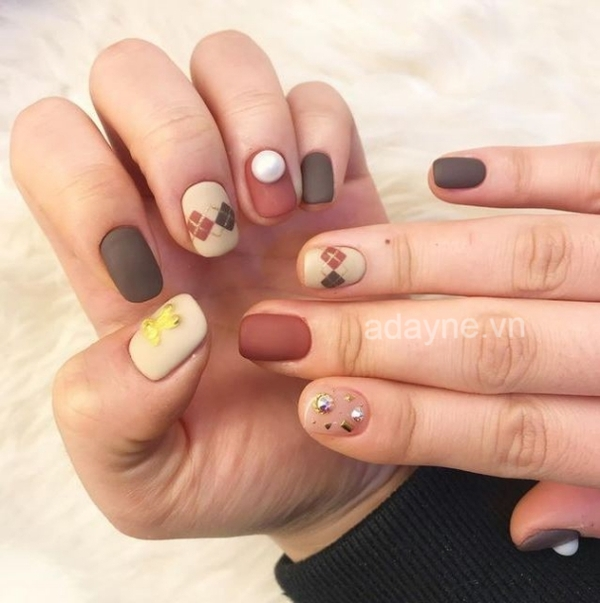Đơn giản mẫu nail đẹp họa tiết độc đáo, kết hợp nhiều màu cho cô gái cá tính