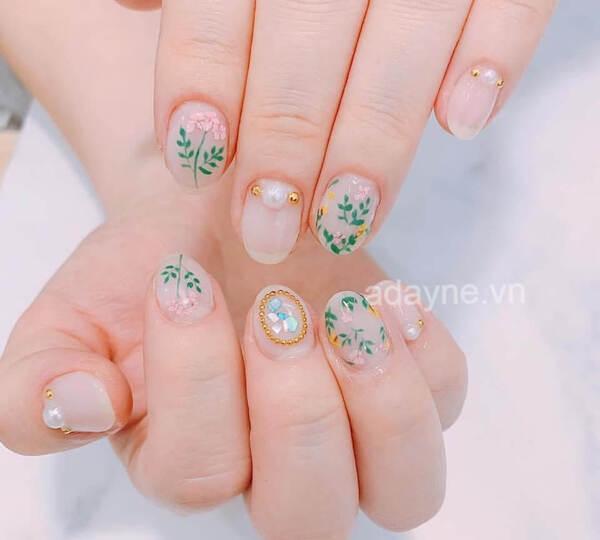 Mẫu nail đơn giản dễ thương vẽ hoa nhí đơn giản đính đá cho vẻ đẹp thuần khiết