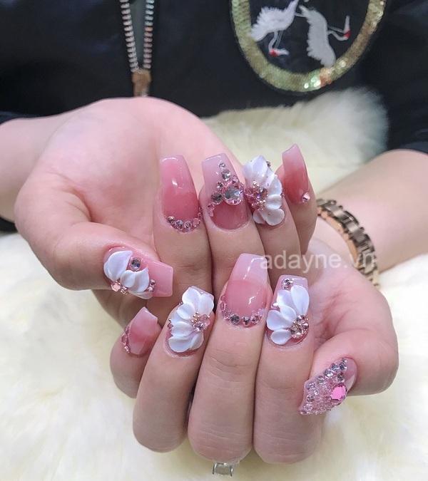 Kiêu sa, nữ tính hơn cùng mẫu nail đơn giản nhẹ nhàng vẽ họa tiết hoa nổi kết hợp đính đá nổi bật