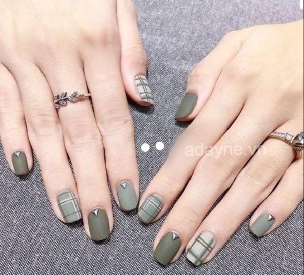 Mẫu nail đơn giản sang trọng tone xanh rêu hot trend, móng lì siêu hot hit