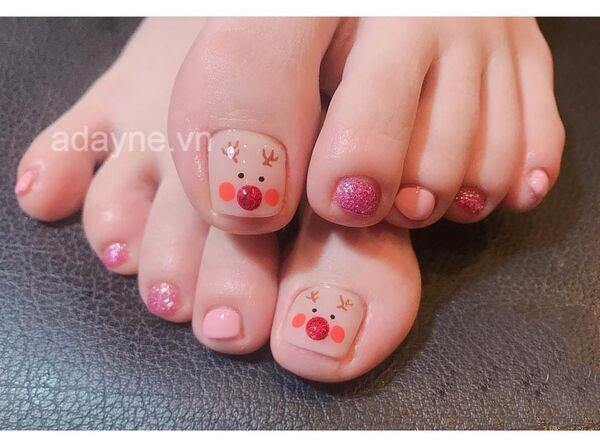 Mẫu nail chân họa tiết tuần lộc cực kỳ cute khiến nhiều cô nàng đổ đứ đừ