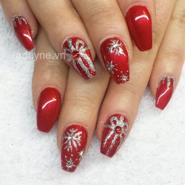 Một mẫu nail noel hộp quà tone đỏ khác rất phù hợp để diện vào đêm Giáng sinh
