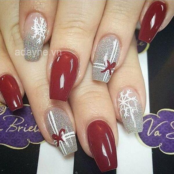 Sang chảnh và quý phái với mẫu nails noel kiểu hộp quà tone đỏ kết hợp đắp nhũ cho nàng tự tin tỏa sáng