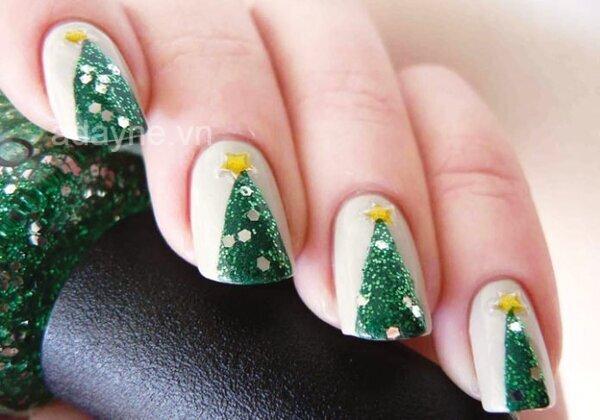Mẫu nail noel họa tiết cây thông quen thuộc trên nền trắng cho vẻ đẹp basic, hơi hướng cổ điển mà vẫn tỏa sáng
