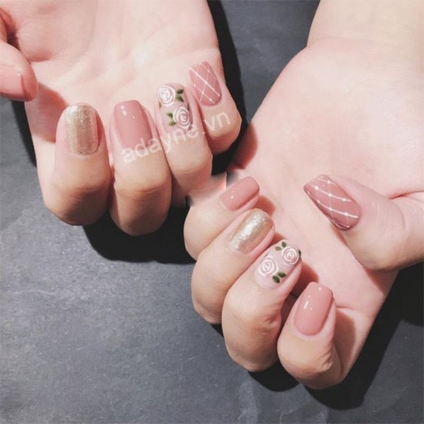 Mẫu nail đơn giản nhẹ nhàng tông hồng kết hợp hoạt tiết hoa hồng và đắp nhữ kim tuyến đệp mê mẩn