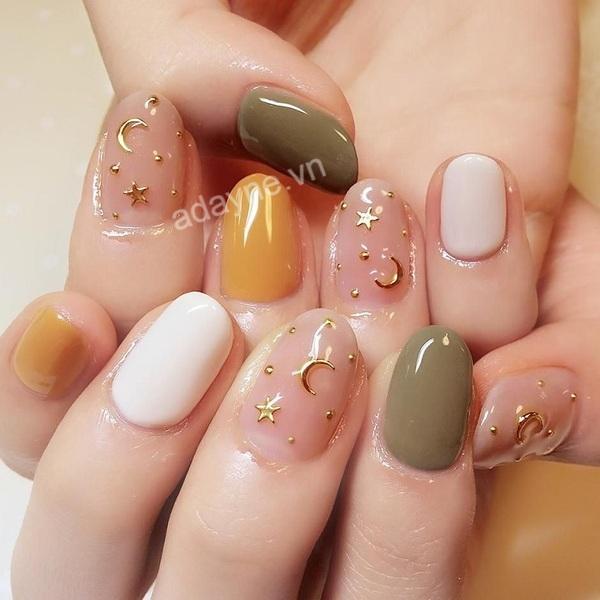 Mẫu móng tay đẹp nhẹ nhàng đính họa tiết trăng sao phong cách Hàn Quốc trending