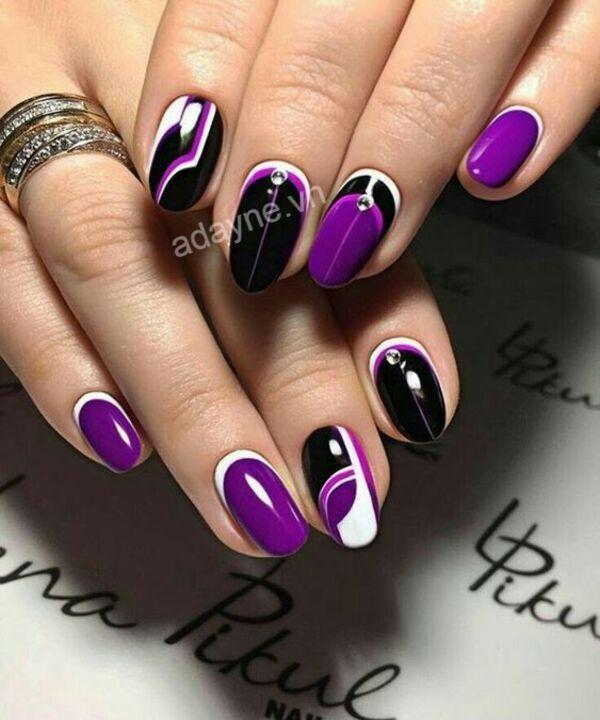 Sang chảnh, quyền lực cùng mẫu nail đơn giản nhẹ nhàng tông tím kết hợp hoa văn đen trắng đính đá nghệ thuật