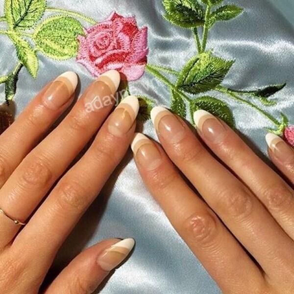 Sáng tạo với mẫu móng tay đẹp nhẹ nhàng sơn đầu móng kết hợp style ombre màu nude