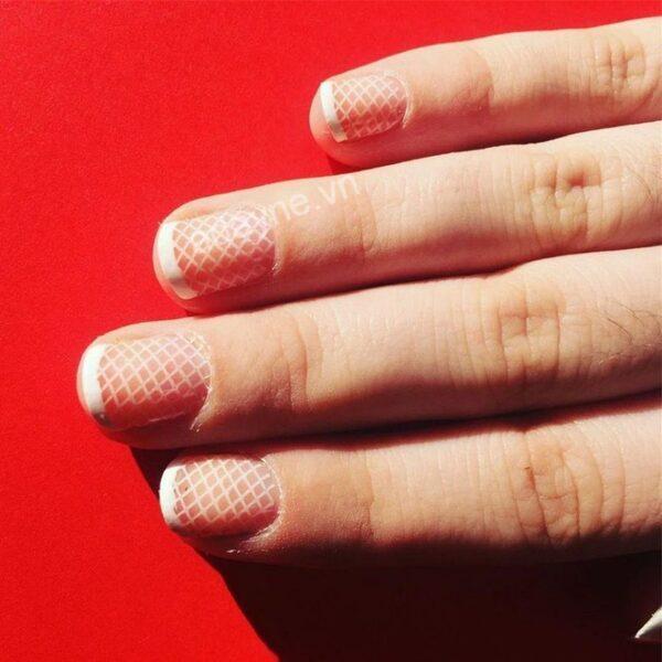 Qúy cô hiện đại, tinh tế với mẫu nail lưới đơn giản