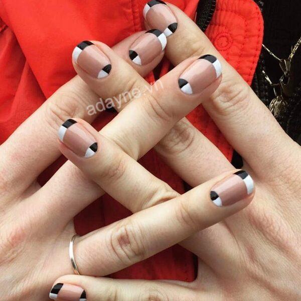 Mẫu móng tay đẹp nhẹ nhàng kiểu Pháp họa tiết bàn cờ độc đáo