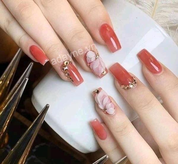 Mẫu nail đính đá tinh tế, kết hợp họa tiết cánh hoa nữ tính, dịu dàng
