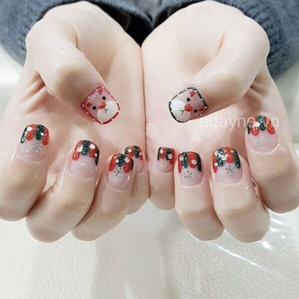 Sắc màu tươi sáng, họa tiết đáng yêu cùng kiểu vẽ nửa móng đặc trưng của phong cách dễ thương tạo nên bộ nail noel ngọt ngào, cute hết nấc