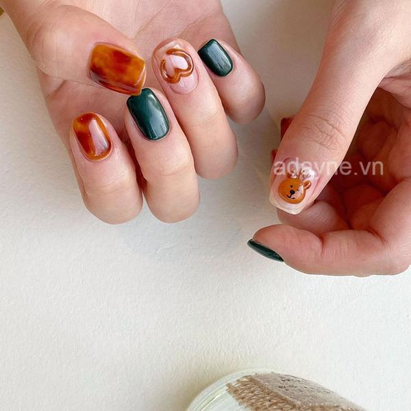 Họa tiết tuần lộc 3D trên nền móng trơn mix màu xanh lá đậm và nail phong thủy tone cam cho ra đời mẫu nail noel đẹp xuất thần