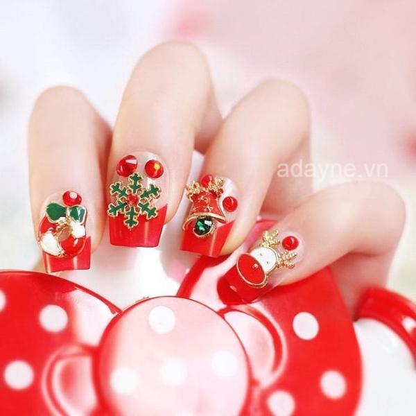 Tạo điểm nhấn cho đôi tay với mẫu móng tay noel đẹp tone đỏ tươi đính đá và gắn charm cầu kỳ