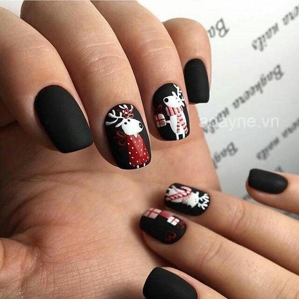 Nail noel đen là sự lựa chọn hàng đầu của những cô nàng yêu thích style cá tính