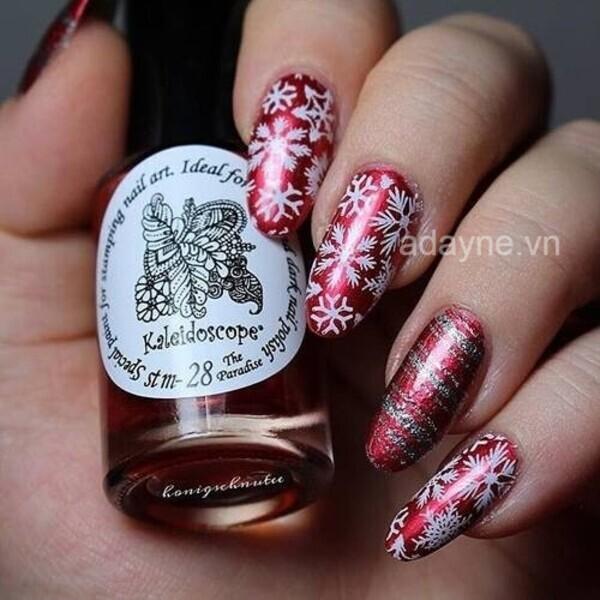 Kiểu nail oval màu đỏ đô bóng họa tiết bông tuyết ai cũng phảixiêu lòng