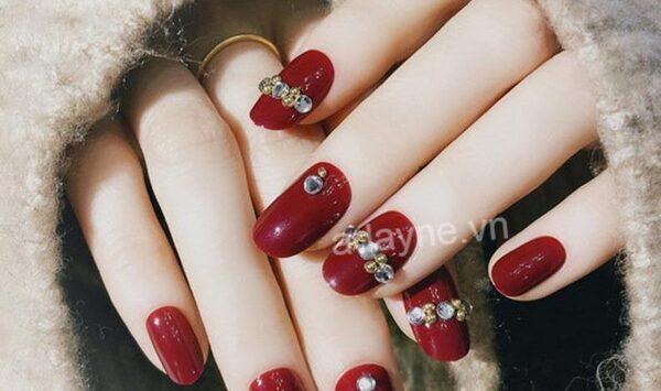 Mẫu nail Tết đính đá trên tone gel đỏ đẹp bất chấp, phù hợp với mùa xuân