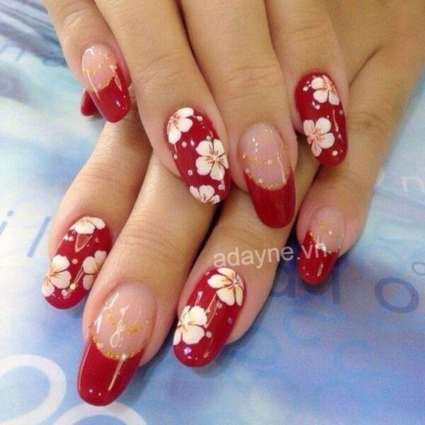 Mẫu nail Tết màu đỏ vẽ hoa trắng cực kỳ cuốn hút, sang chảnh và mới lạ
