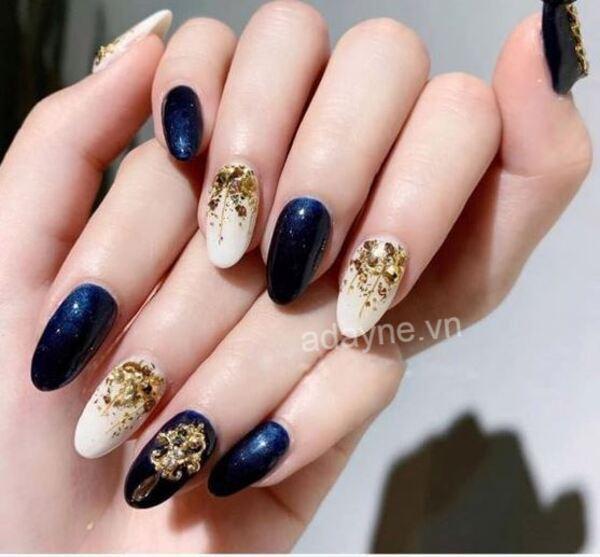 Mẫu nail Tết đính đá, mảnh kim loại trên nền trắng đơn giản mix tone xanh đen có giá trị thẩm mỹ cao