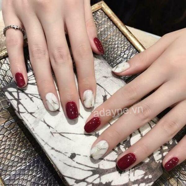 Màu đỏ lạnh đẹp hút hồn kết hợp màu sơn trắng họa tiết vân đá thêm phần sang trọng, tươi mới
