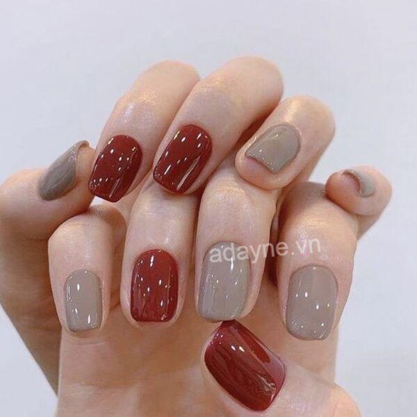 Hoặc cô nàng cũng có thể lựa chọn mẫu nail Tết đơn giản tone đỏ mix màu xám sang chảnh, không lo lỗi thời
