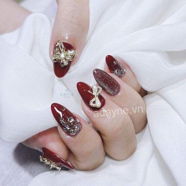Sang chảnh, cuốn hút và tỏa sáng với mẫu nail Tết tone đỏ rượu cực kỳ tôn da, gắn charm, đắp nhũ lấp lánh