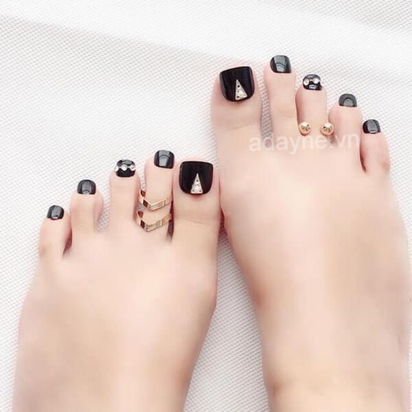 Móng chân đẹp màu đen đính đá đơn giản cũng được lăng xê nhiệt tình