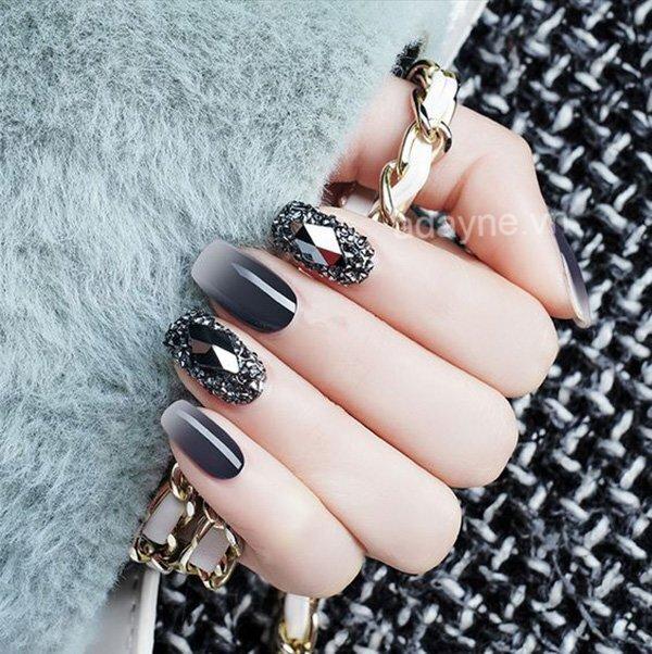Chiều lòng cô nàng thích sự tinh tế, sang chảnh, trẻ trung cùng mẫu nail màu đen ombre kết hợp đính đá lớn