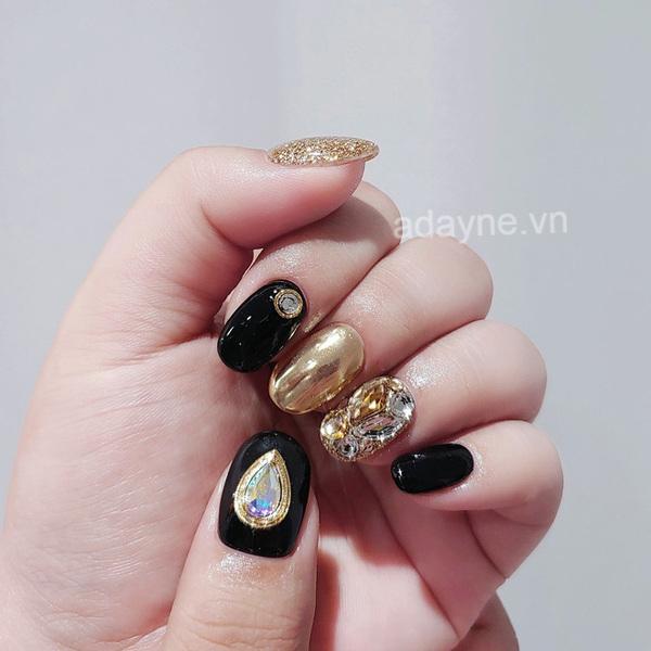 Đính đá ở một số ngón kết hợp với móng tay vàng gold gắn đá cầu kỳ là đã nổi bần bật