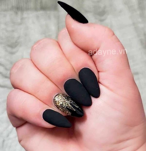 Nail màu đen sang chảnh kiểu móng oval giúp đôi tay mảnh mai, trắng sáng và thêm phần thanh thoát