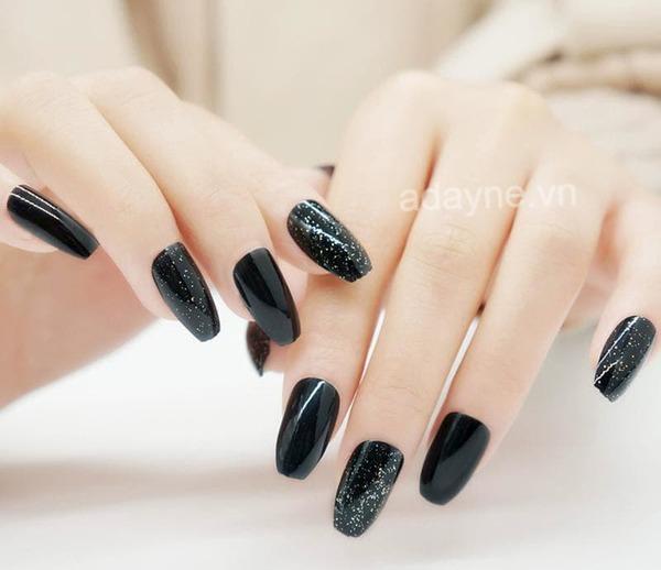 Mẫu nail đen cá tính luôn là sự lựa chọn số 1 của phái nữ