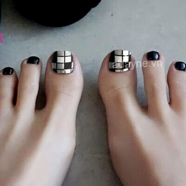 Họa tiết kẻ caro, đính đá làm điểm nhấn cho bộ móng chân đẹp màu đen nổi bật