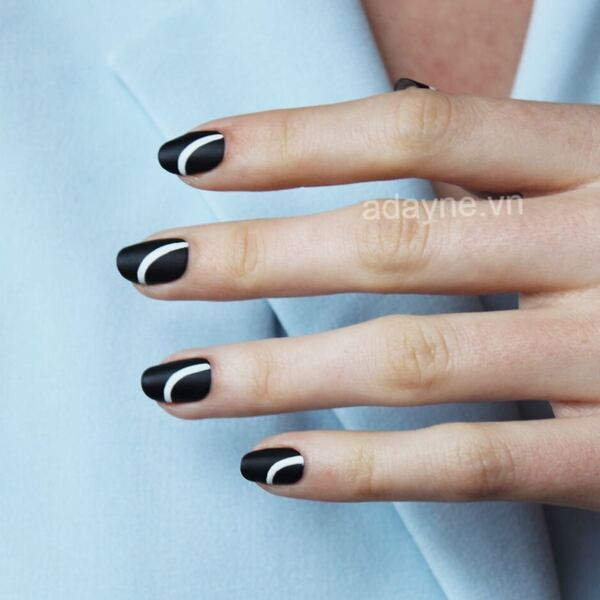 Họa tiết đơn giản nhưng mẫu nail đen cá tính vẫn nổi bật và thu hút