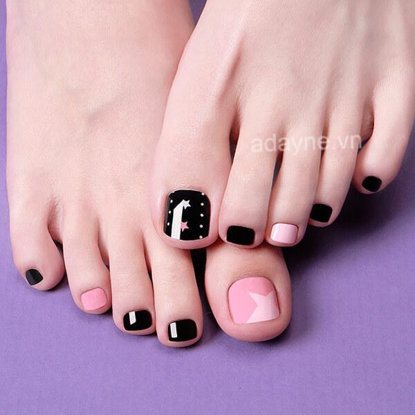 Có ngay mẫu móng chân đẹp màu đen đẹp ngọt ngào khi kết hợp giữa màu nâu và màu hồng