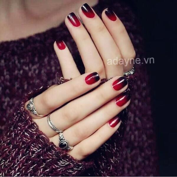 Ấn tượng với mẫu nail đen cá tính kết hợp tone đỏ và hiệu ứng ombre đẹp mê mẩn
