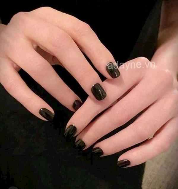 Mẫu nail đen cá tính trơn cực kỳ tôn da
