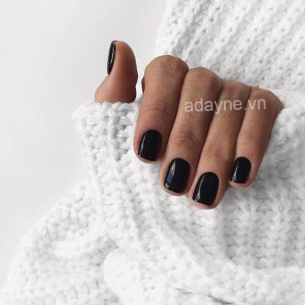 Không thể cá tính và táo bạo hơn với mẫu nail màu đen dáng vuông