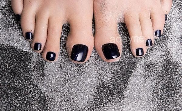 Chỉ với móng chân đẹp màu đen bóng trơn là đủ để cô nàng tỏa sáng