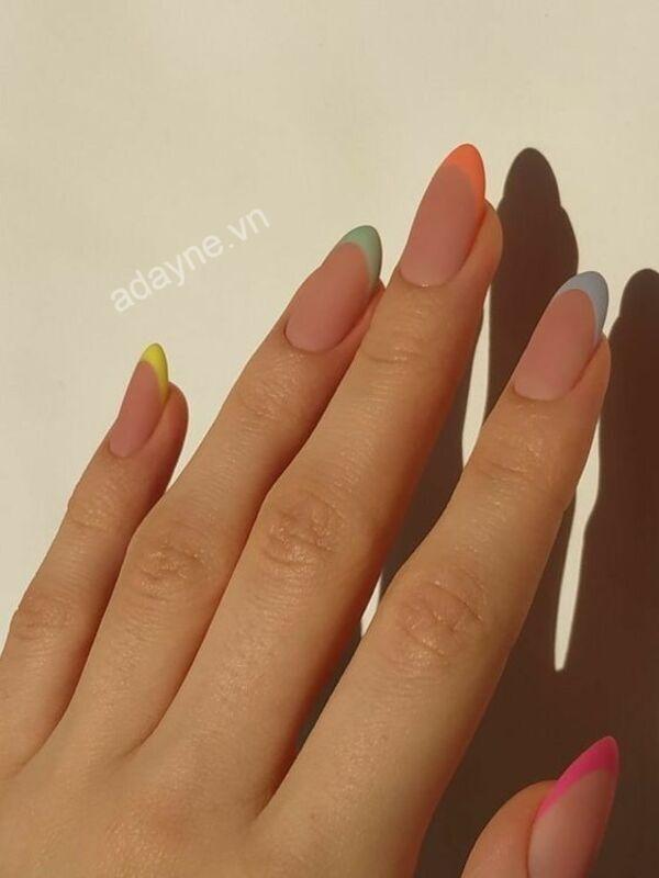 Bàn tay thanh thoát, tinh tế hơn với mẫu nail đẹp đơn giản vẽ đầu móng nhiều màu sắc