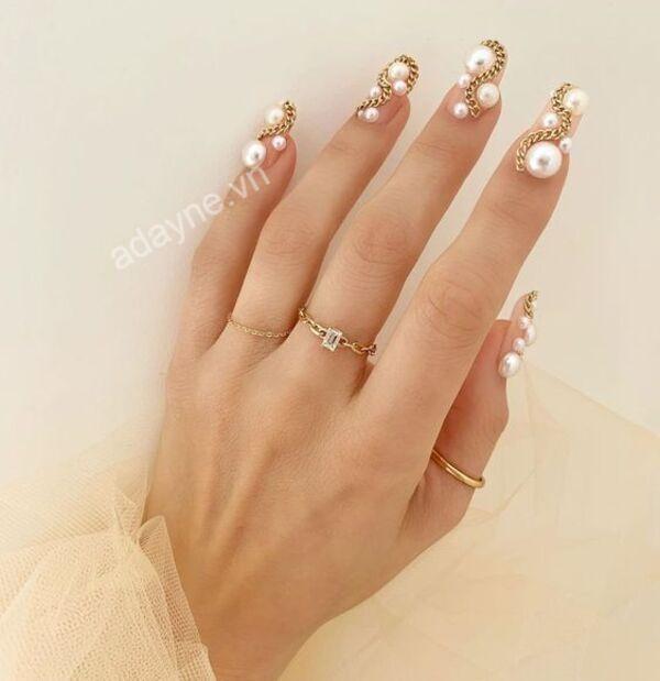 Đẹp sang chảnh, tỏa sáng với mẫu nail đẹp đơn giản đính ngọc trai cầu kỳ