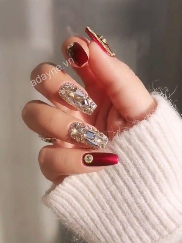 Mẫu nail đẹp đơn giản cho cô dâu tông đỏ đính đá quyến rũ, sắc sảo