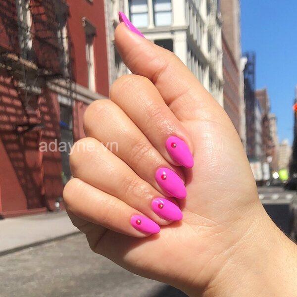 Điệu đà với mẫu nail đơn giản nhẹ nhàng hồng fuchsia đính đá