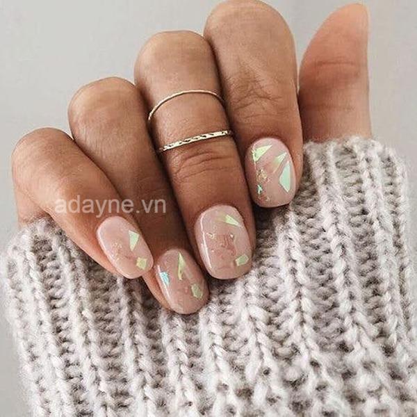 Mẫu nail đơn giản nhẹ nhàng màu be gắn mảnh xà cừ thu hút