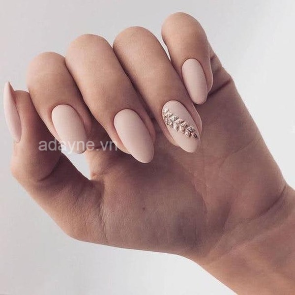 Thanh lịch với mẫu nail đơn giản nhẹ nhàng màu be nhám gắn đá một móng cách điệu