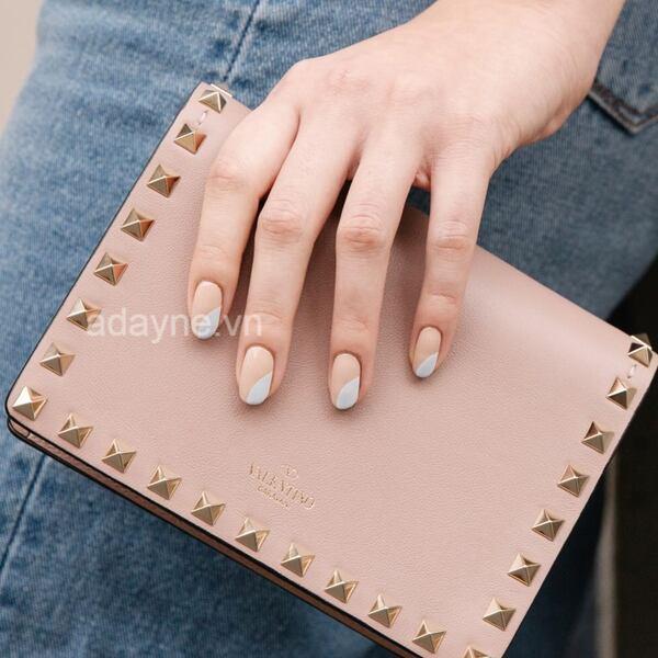 Đôi tay cuốn hút cùng mẫu nail đơn giản nhẹ nhàng màu be phối trắng tinh tế