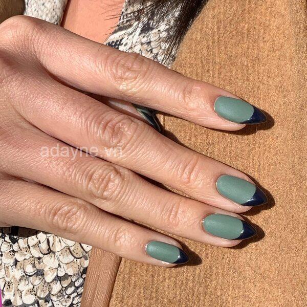Kết hợp màu xanh nhạt với tông xanh đậm để có mẫu nail đơn giản nhẹ nhàng cực sáng tạo