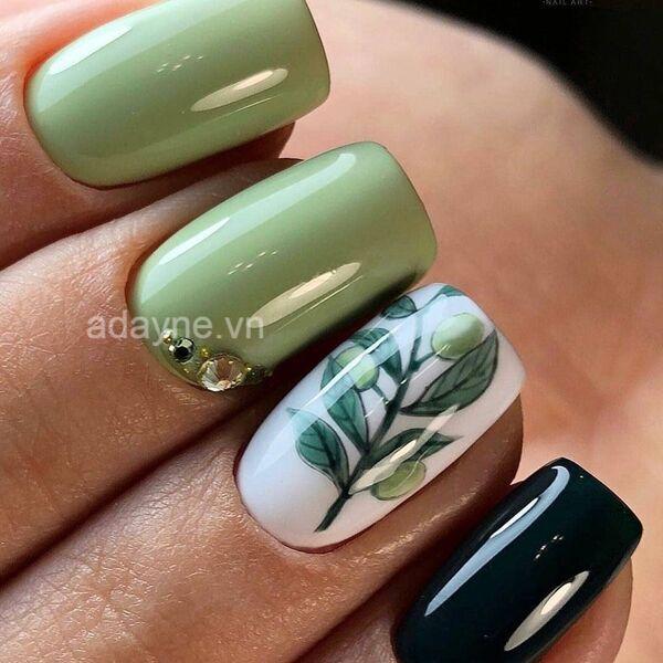 Cô nàng yêu thiên nhiên với mẫu nail xanh lá kết hợp móng vẽ họa tiết và đính đá