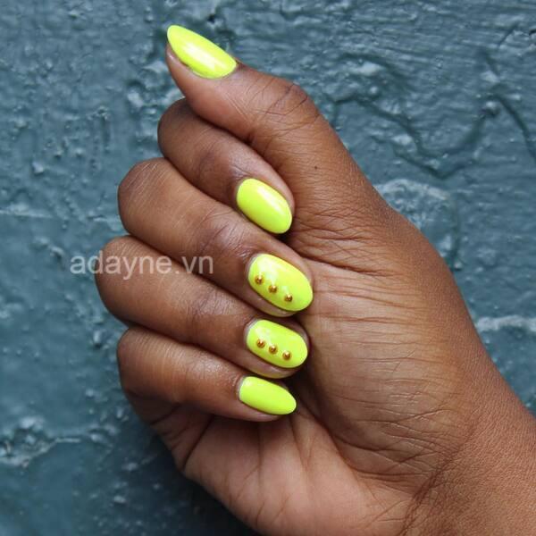Gợi ý hoàn hảo cho cô nàng phá cách với mẫu nail đơn giản, nhẹ nhàng vàng neon nổi bật