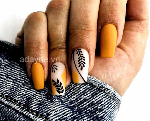 Sự kết hợp hoàn hảo giữa tông vàng cam với họa tiết cách điệu cho ra đời mẫu nail đơn giản nhẹ nhàng mê mẩn người nhìn